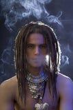 Ein hübscher Kerl mit einer Zigarette und eine Vielzahl von s Lizenzfreies Stockbild