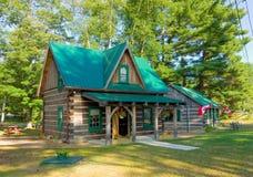 Ein hübsches Blockhaus in Nord-Ontario Lizenzfreie Stockbilder