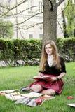 Ein hübsches Mädchen, das ein Buch, lernend liest stockbild