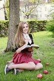 Ein hübsches Mädchen, das ein Buch, lernend liest lizenzfreie stockfotografie
