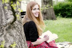 Ein hübsches Mädchen, das ein Buch, lernend liest stockfotos