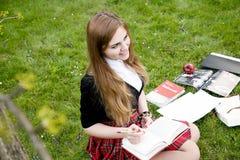 Ein hübsches Mädchen, das ein Buch, lernend liest lizenzfreie stockbilder