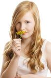Ein hübsches Mädchen mit einer gelben Blume, getrennt Lizenzfreies Stockfoto