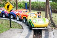 Ein hübsches Mädchenspiel ein Rollenauto Lizenzfreies Stockbild