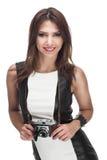 Weibliches Modell mit Kamera Stockfotografie