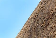 Ein Hügelfelsen mit Himmel des sittanavasal Höhlentempelkomplexes lizenzfreie stockbilder