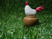 ein Hühnerkarikaturmodell auf einer Blase Stockbild