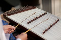 Ein Hackbrett das thailändisches traditionelles Musikinstrument Mann, der gehämmertes Hackbrett mit Holzhammern spielt stockbilder