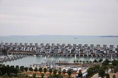 Ein Hafen, in dem Segelboote und Wasserlandhaus in Xiamen-Porzellan festmachten stockfoto