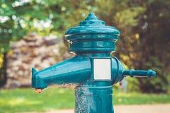 Ein Hahn mit Trinkwasser draußen Quelle des öffentlichen Wassers Stockfoto