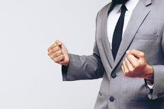 Ein halber Körper des Geschäftsmannes so glücklich für sein Erfolgsziel Lizenzfreies Stockfoto