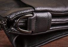 Ein Halbring auf einer Ledertasche; Taschendetails Stockfotos