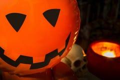 Ein Halloween-Hintergrund im dunklen Ton Lizenzfreie Stockbilder