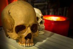 Ein Halloween-Hintergrund im dunklen Ton Stockbild