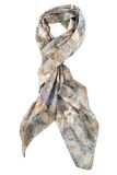 Ein Halstuch ist Grau aufgereiht auf einem Knoten auf einem weißen Hintergrund Stockfotografie