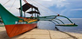 Ein Handels-banka Boot erwartet Touristen auf dem Strand von Siargao-Insel in den Philippinen stockfotos