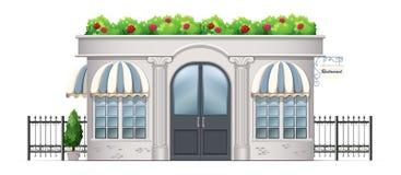 Ein Handelsgebäude mit Anlagen an der Dachspitze Lizenzfreies Stockfoto