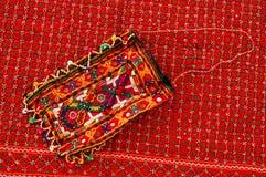 Ein handgemachter Beutel auf der traditionellen Wolldecke. Stockbilder