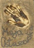 Ein handprint der berühmten polnischen Schauspielerin Maja Ostaszewska machte in einer Messingplatte stockfotos