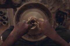 Ein Handwerker, der Töpfe herstellt Lizenzfreies Stockfoto