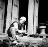Ein Handwerksmann, der Tonwaren in einer Welterbestätte in Nepal macht Stockbilder