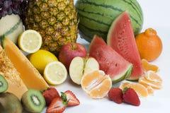 Ein Haufen der tropischen Früchte des Schnittes Stockfotos