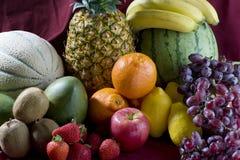 Ein Haufen der tropischen Früchte des Schnittes Stockfoto
