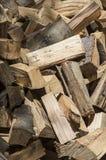 Ein Haufen des Buchenbrennholzes lizenzfreie stockbilder
