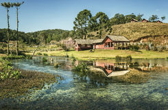 Ein Haus auf einem kleinen Bauernhof mit See Lizenzfreies Stockfoto
