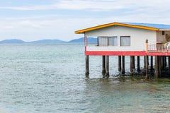 Ein Haus auf Stelzen über Wasser Stockfotos