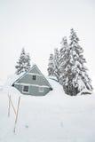 Ein Haus bedeckt mit starkem Schnee am schneebedeckten Tag Stockfotografie