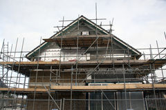 Ein Haus im Bau mit Baugerüst Stockfotografie