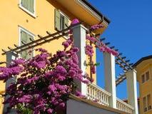 Ein Haus mit Balkon und Blumen Stockfotografie