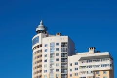 Ein Haus mit einem Blitzableiter auf dem Hintergrund des blauen Himmels Stockbilder