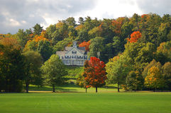 Ein Haus mit Herbstansicht lizenzfreie stockfotografie