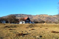 Ein Haus nahe einem Berg Stockbild