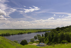 Ein Haus nahe gelegener Oka-Fluss in Russland Stockbilder
