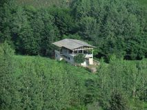 Ein Haus zwischen Bäumen, der Iran, Gilan stockbild