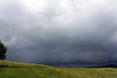 Ein heftiger Sturm ist über einem Feld Lizenzfreies Stockfoto