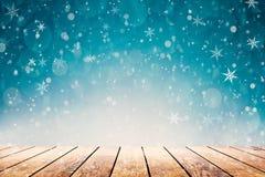 Ein heißer Kaffee auf dem Tisch auf einem Winterhintergrund lizenzfreies stockbild
