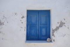 Ein heißer Tag und ein Fenster mit Fensterläden in der Wand eines Hauses Lizenzfreie Stockbilder
