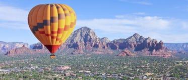 Ein Heißluft-Ballon steigt über Sedona, Arizona an lizenzfreie stockfotos