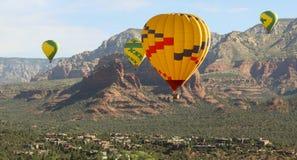 Ein Heißluft-Ballon-Viererspiel steigt über Sedona, Arizona an stockbild