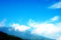 Ein heller blauer Himmel über der Spitze Stockfotografie