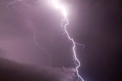 Ein heller Blitz und bewölkter Himmel Lizenzfreie Stockbilder