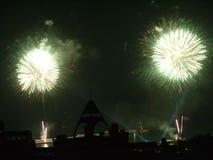 Ein heller Blitz von zwei Explosionen von Grüßen im Himmel Lizenzfreies Stockbild
