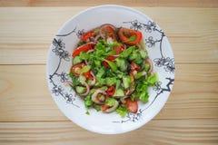 Ein heller Salat des Gemüses Schließen Sie oben, kopieren Sie Raum Lizenzfreie Stockfotografie