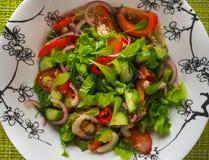 Ein heller Salat des Gemüses Schließen Sie oben, kopieren Sie Raum Lizenzfreies Stockbild