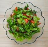 Ein heller Salat des Gemüses Schließen Sie oben, kopieren Sie Raum Stockbild
