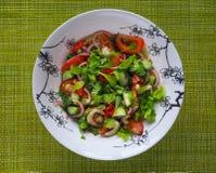 Ein heller Salat des Gemüses Schließen Sie oben, kopieren Sie Raum Stockfotos